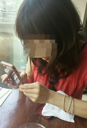 出会い系で会った女性と食事してる画像