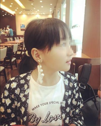 若い女の子とカフェ